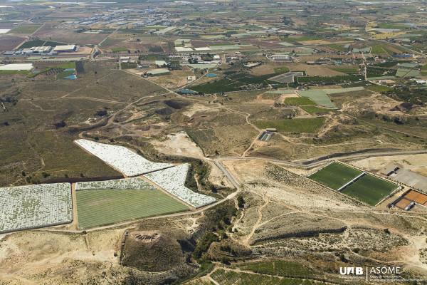Controlando completamente las fértiles tierras del valle del Guadalentín , Tira del Lienzo, al pie de la foto, se yergue discreta pero orgullosa sobre un pequeño promontorio, junto a la Rambla Sisquilla.
