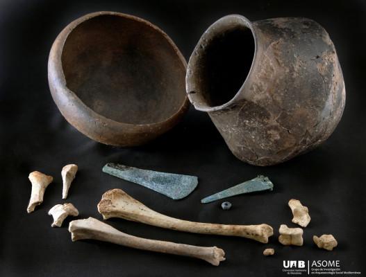 Las ofrendas eran destacables: un hacha y un puñal de cobre, un pendiente de plata, una olla, un cuenco lleno de cebada y porciones de ovicáprido y bovino. Si bien no eran de la élite, eran gente de clase pudiente.