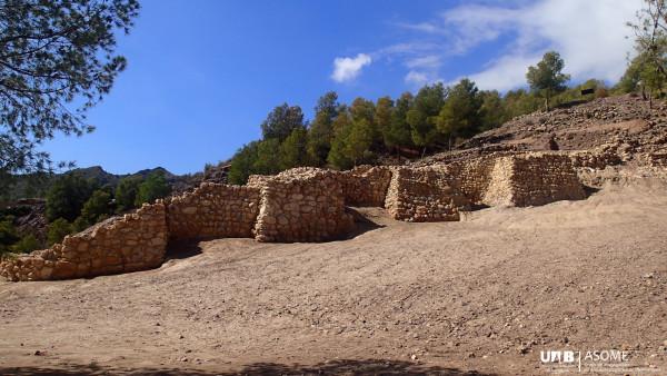Adosadas a la cara exterior del lienzo murario de la Línea 1, aparecen cinco torres cuadrangulares macizas de entre 3 y 4 m de lado, bastante próximas entre sí. La altura conservada se aproxima a 3 m en algunos puntos, y originalmente alcanzó un mínimo de 6 m.