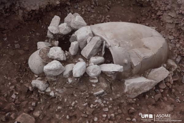En la misma habitación que la tumba 18, la tumba 21 también se tornó peculiar. En el interior de la urna yacía el esqueleto de una mujer fallecida en torno a los 30 años, acompañada de un ajuar destacable.